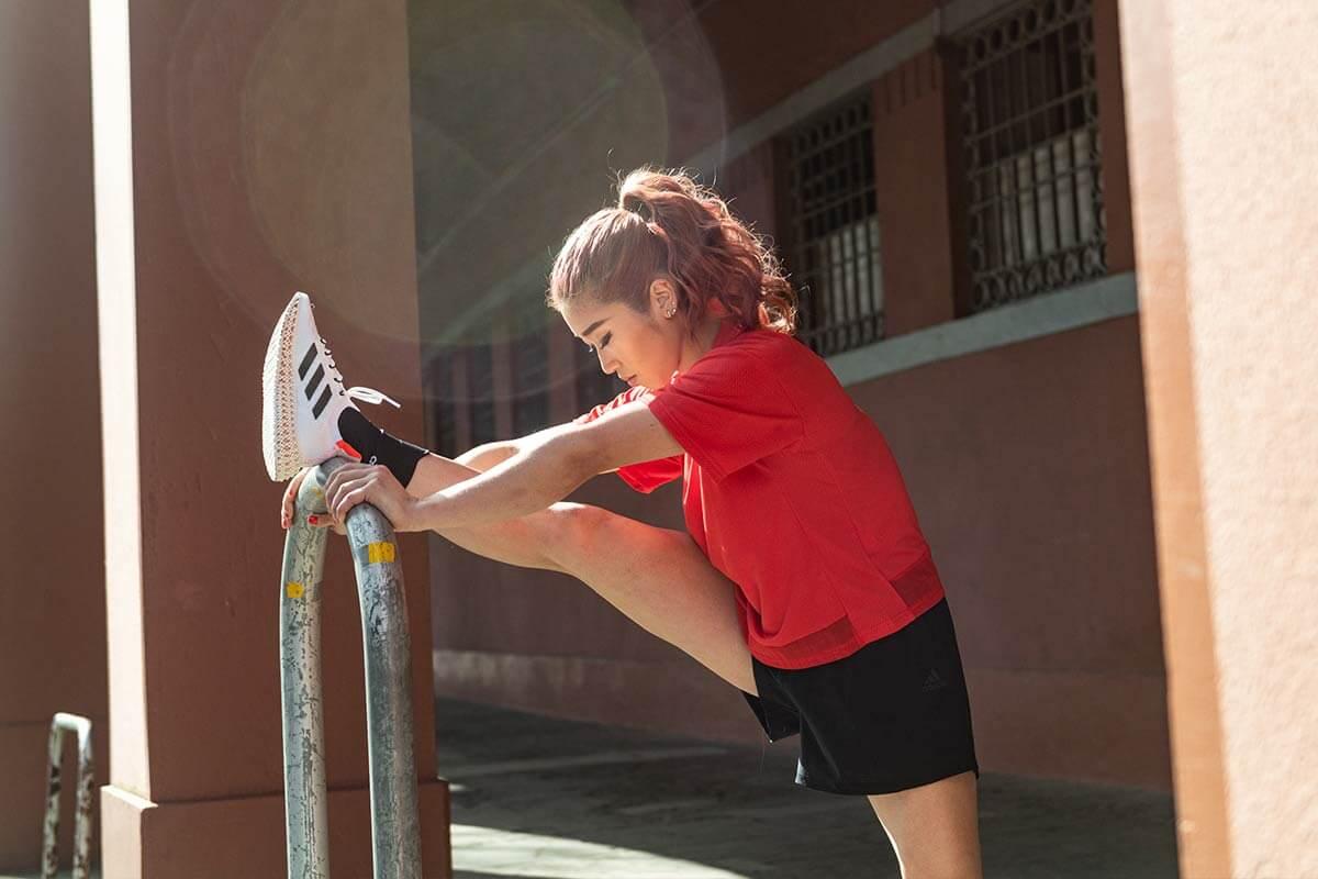 una donna fa stretching dopo l'allenamento