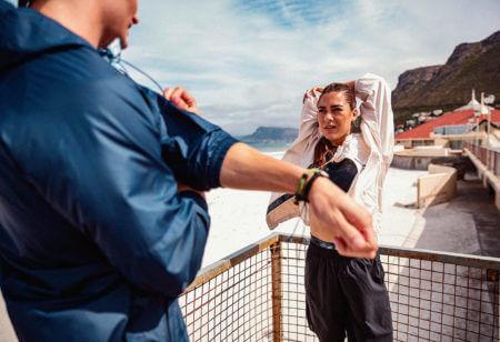 un uomo e una donna si allenano all'aperto per sfruttare la supercompensazione