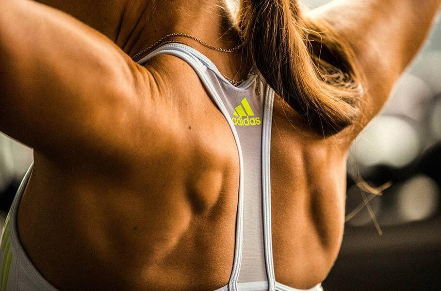 Espalda de una mujer entrenando