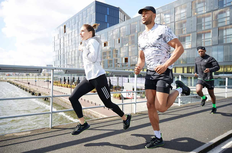 Mujer y hombre corriendo al aire libre