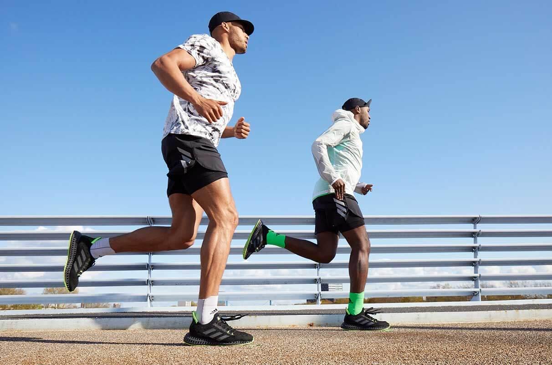 dos hombres corriendo al aire libre