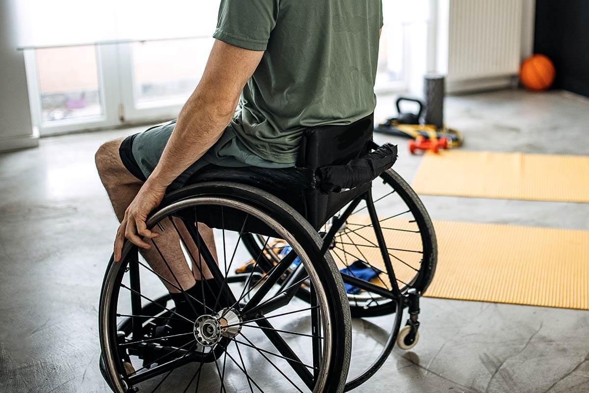 Mann im Rollstuhl beim Training