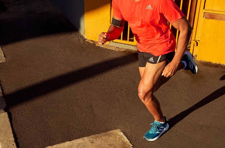 un hombre corriendo con pantalones cortos de running