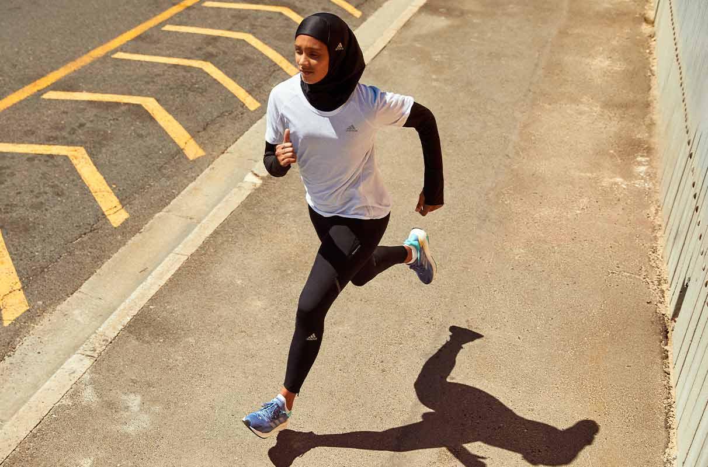 mujer corriendo con ropa ajustada y hiyab