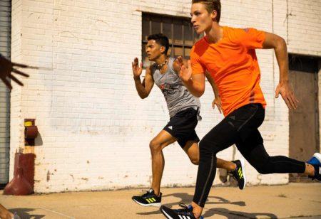 Duas pessoas correndo uma prova sem o kit promocional