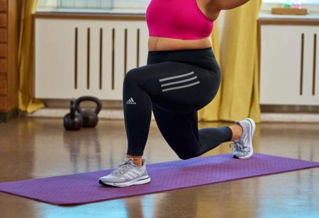 una donna fa un affondo in avanti (lunge)