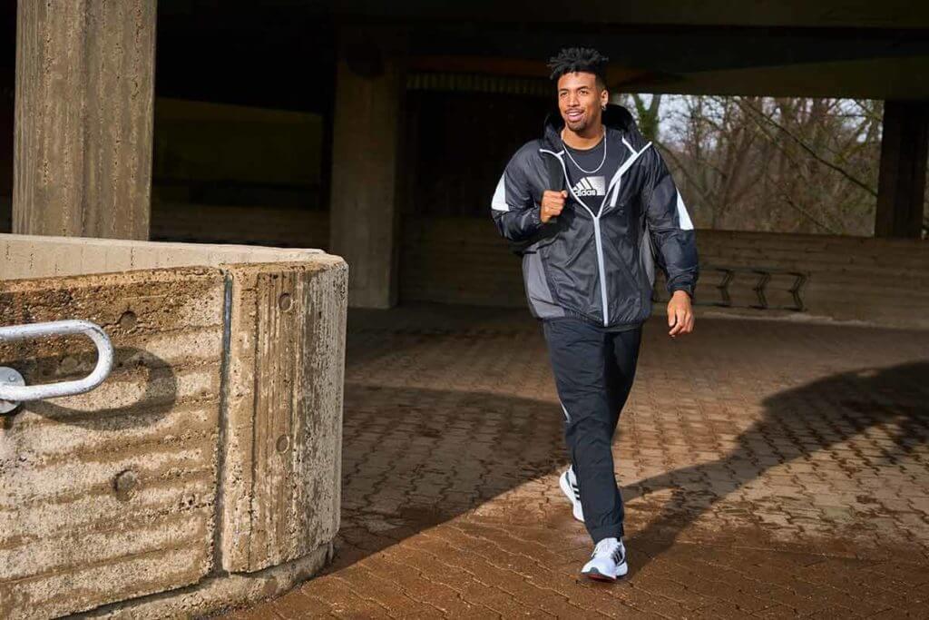 Hombre caminando para bajar de peso