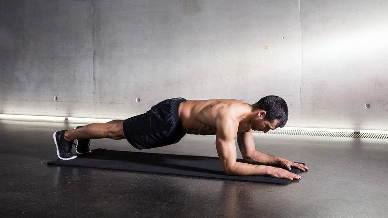 Fitnessathlet macht eine Low Plank