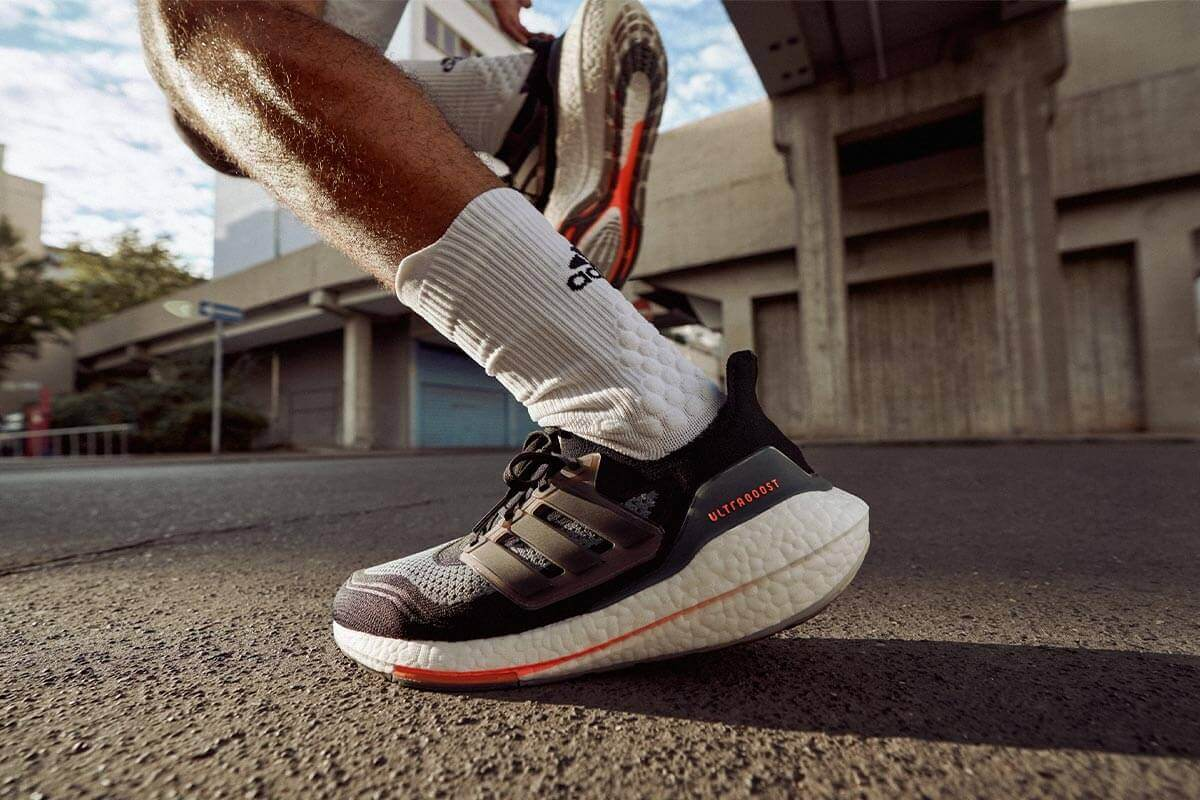 hombre corriendo para mejorar su tiempo en una media maratón