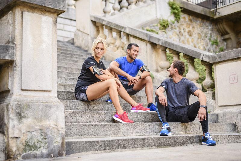 Groupe de runners assis sur des escaliers