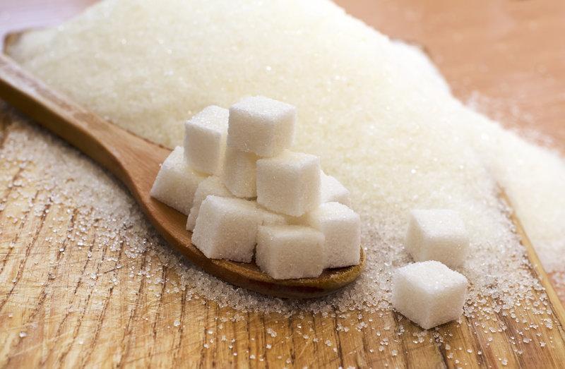 Zuckerwürfel auf einem Löffel
