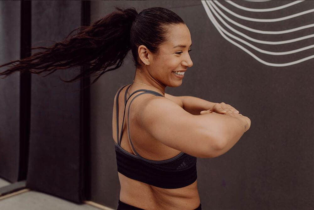 Mulher sorrindo ao se exercitar