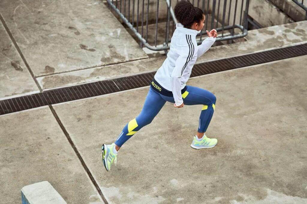 Pessoa correndo uma prova de 5K após um bom aquecimento com tiros de velocidade