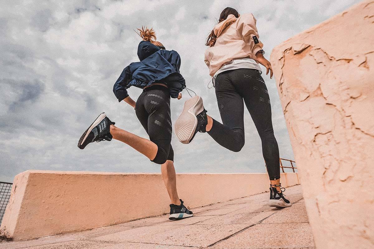 Dos mujeres corriendo al aire libre