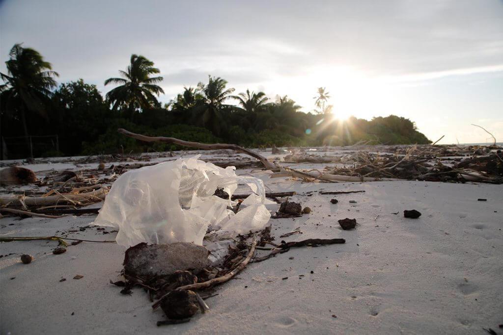 Bolsa de plástico en una playa