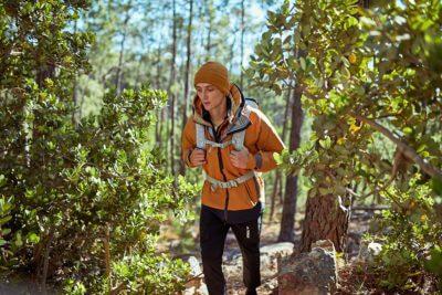 Wandern im Wald mit adidas Terrex Ausrüstung