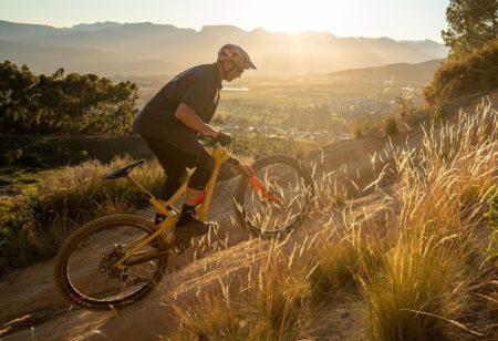 Un rider de VTT en montagne