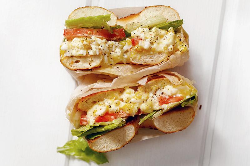 Sandwich grillé avec oeufs, épinards et tomates