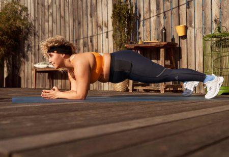 Une femme en surpoids fait une planche