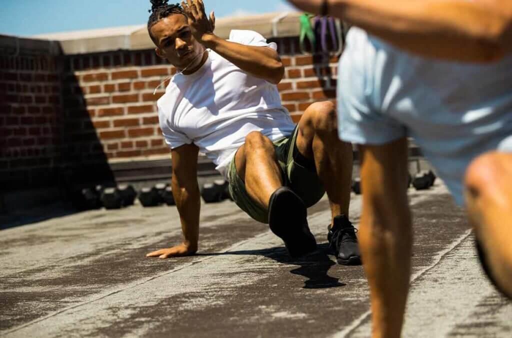 Hombre joven entrenando sin equipamiento para ganar masa muscular