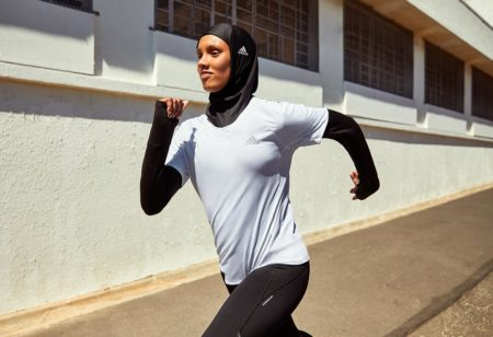 Une jeune femme fait du running