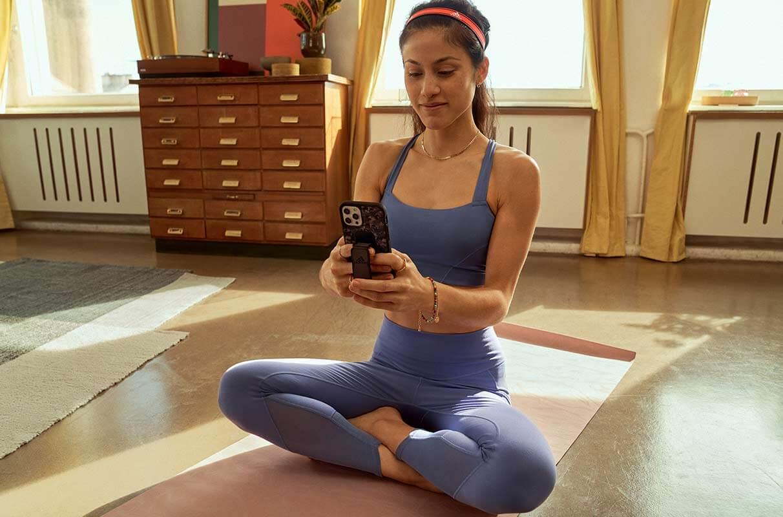 una donna controlla i suoi progressi sullo smartphone