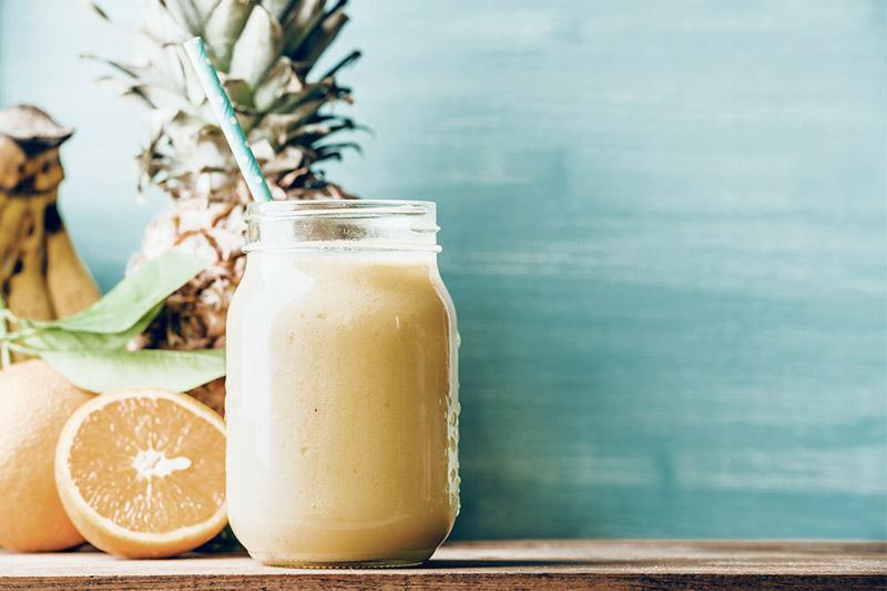 Copo contendo suco de abacaxi