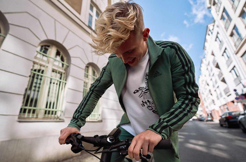 Un cycliste sans casque qui change les vitesses