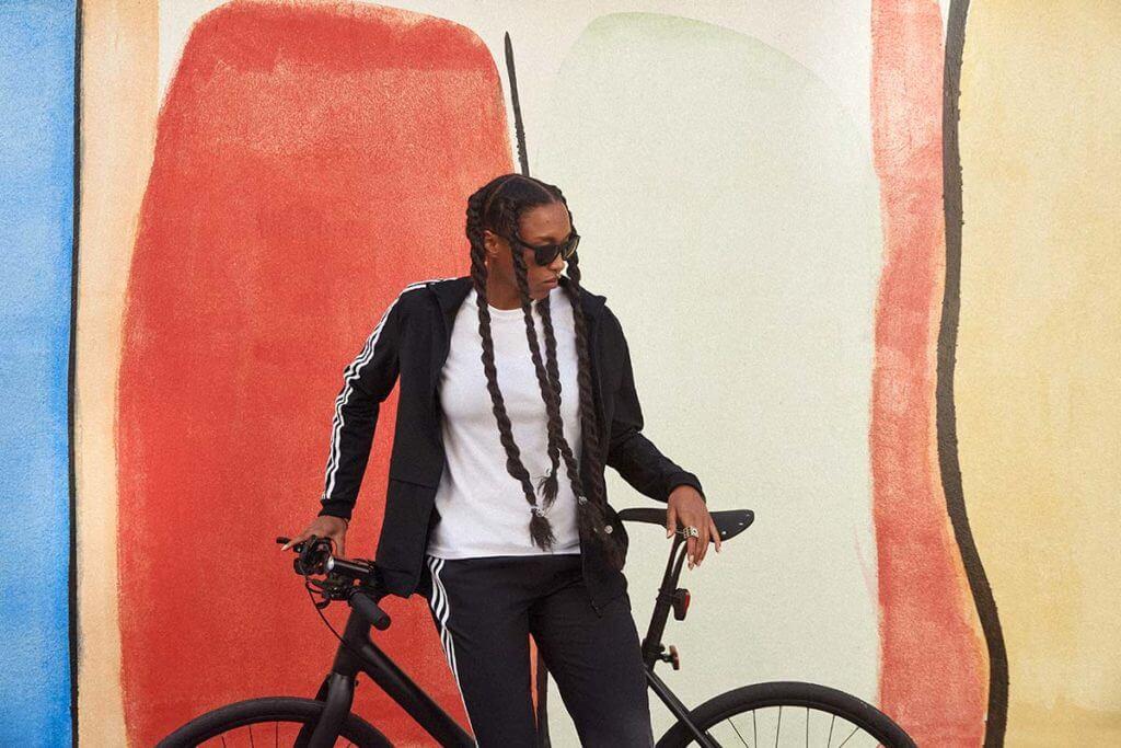 Une cycliste près de son vélo