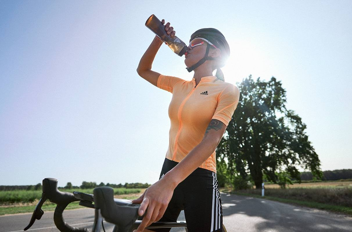 Une cycliste s'hydrate