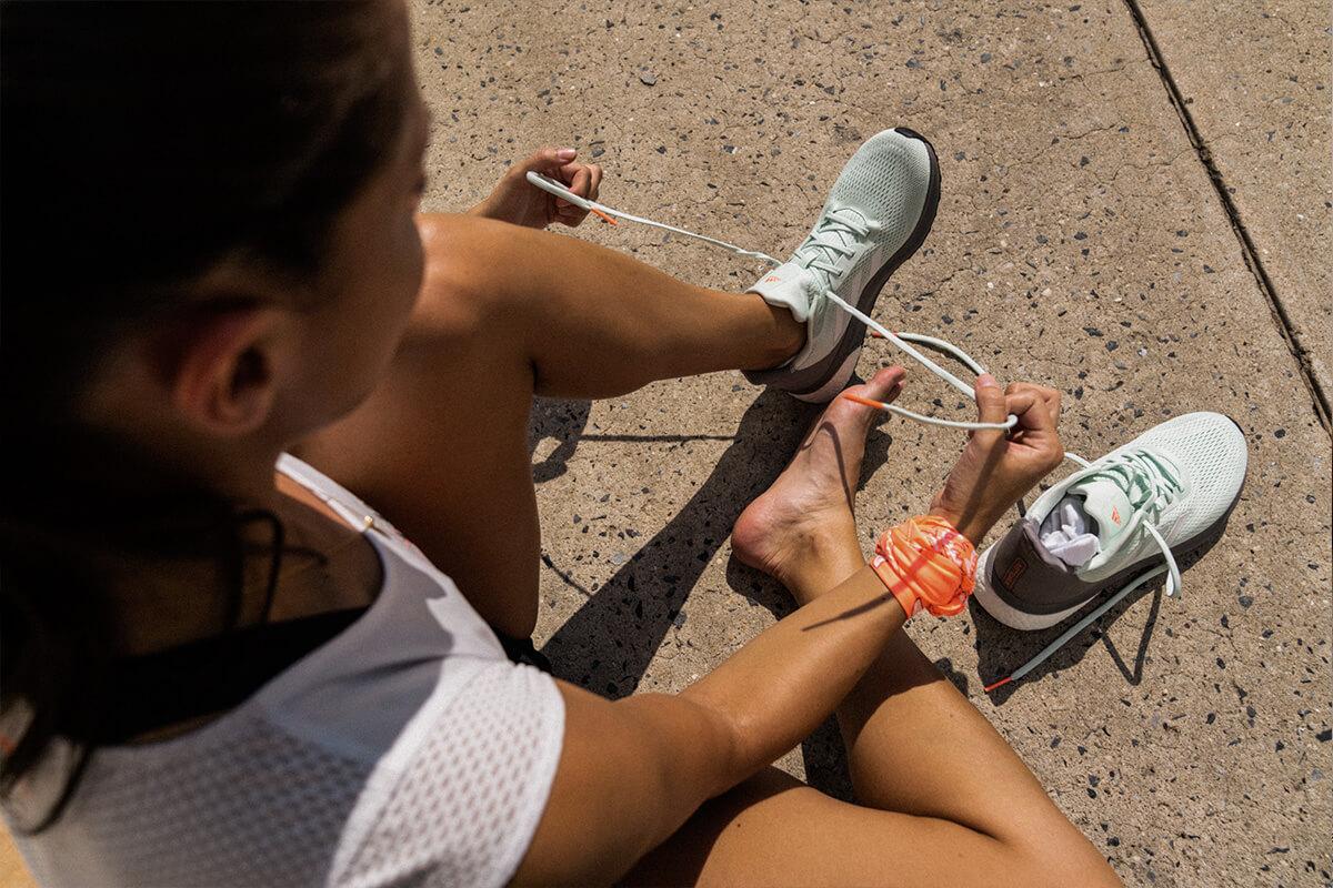 Donna che si allaccia le scarpe