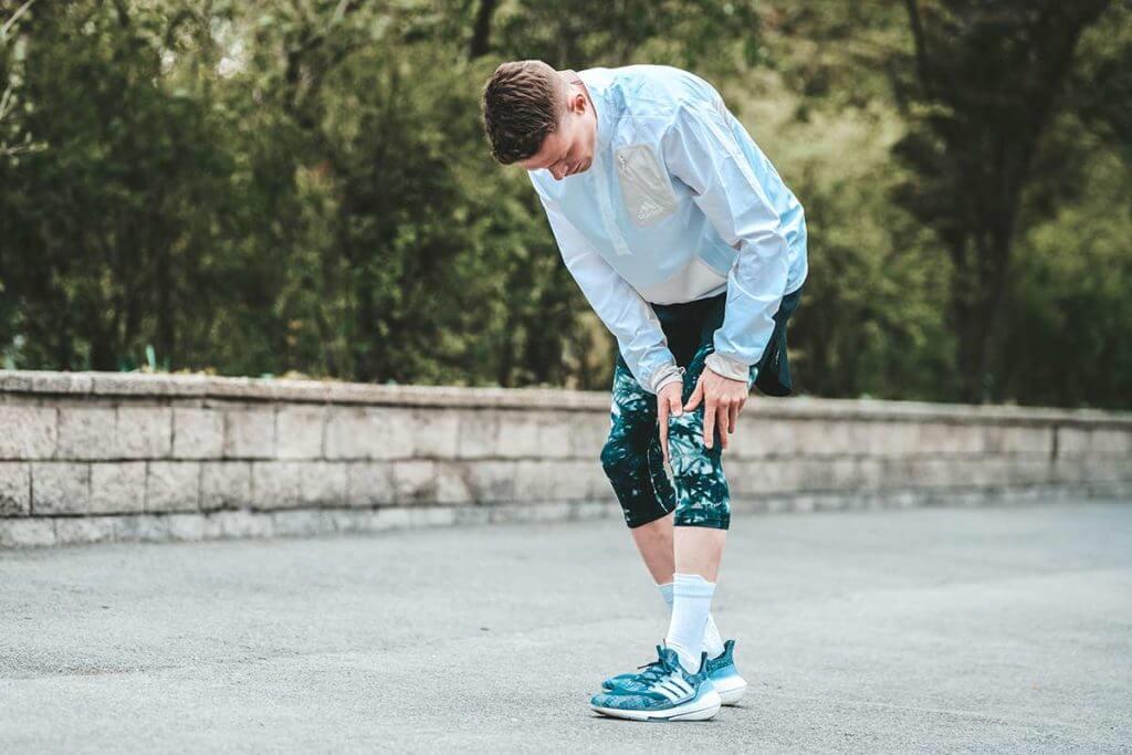 Corredor con dolor en la rodilla por tendinitis rotuliana