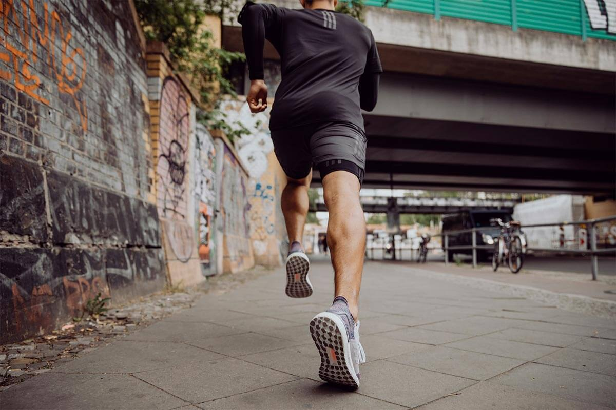Homem correndo na rua