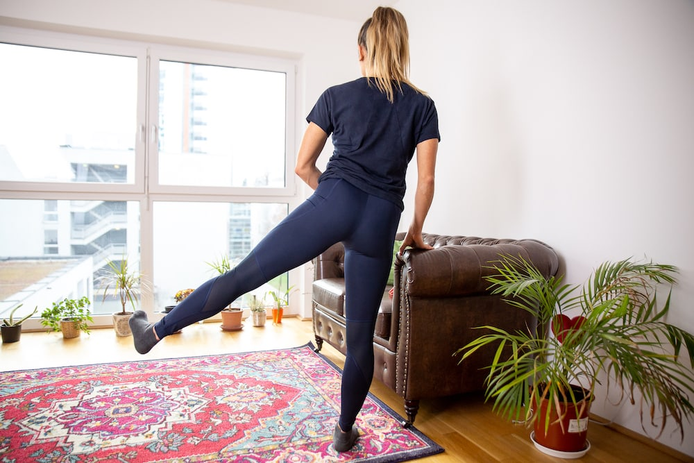 Fitness Coach Lunden Souza is doing the exercise Hip Abduction as exercise for a better butt