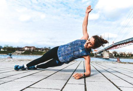 Une sportive faisant du renforcement musculaire