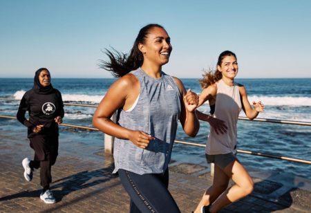 Des runners qui courent le long de la plage