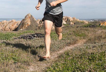 Un homme court pieds nus