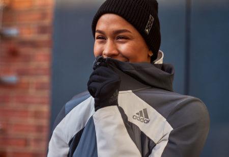 Une jeune femme fait du sport par temps froid
