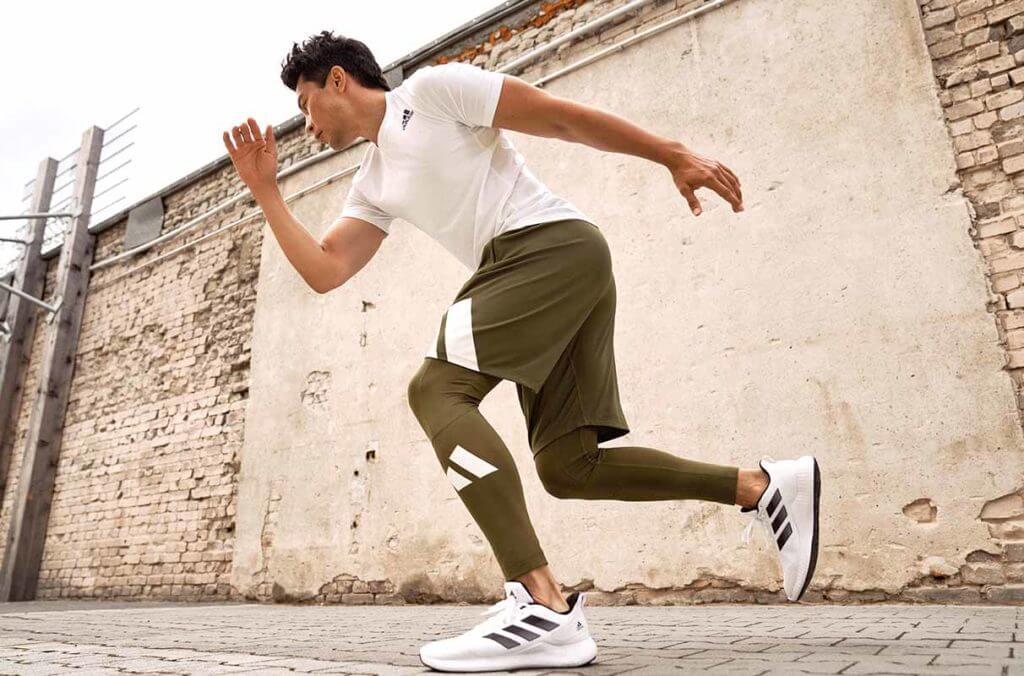 Ein Mann rennt auf der Straße