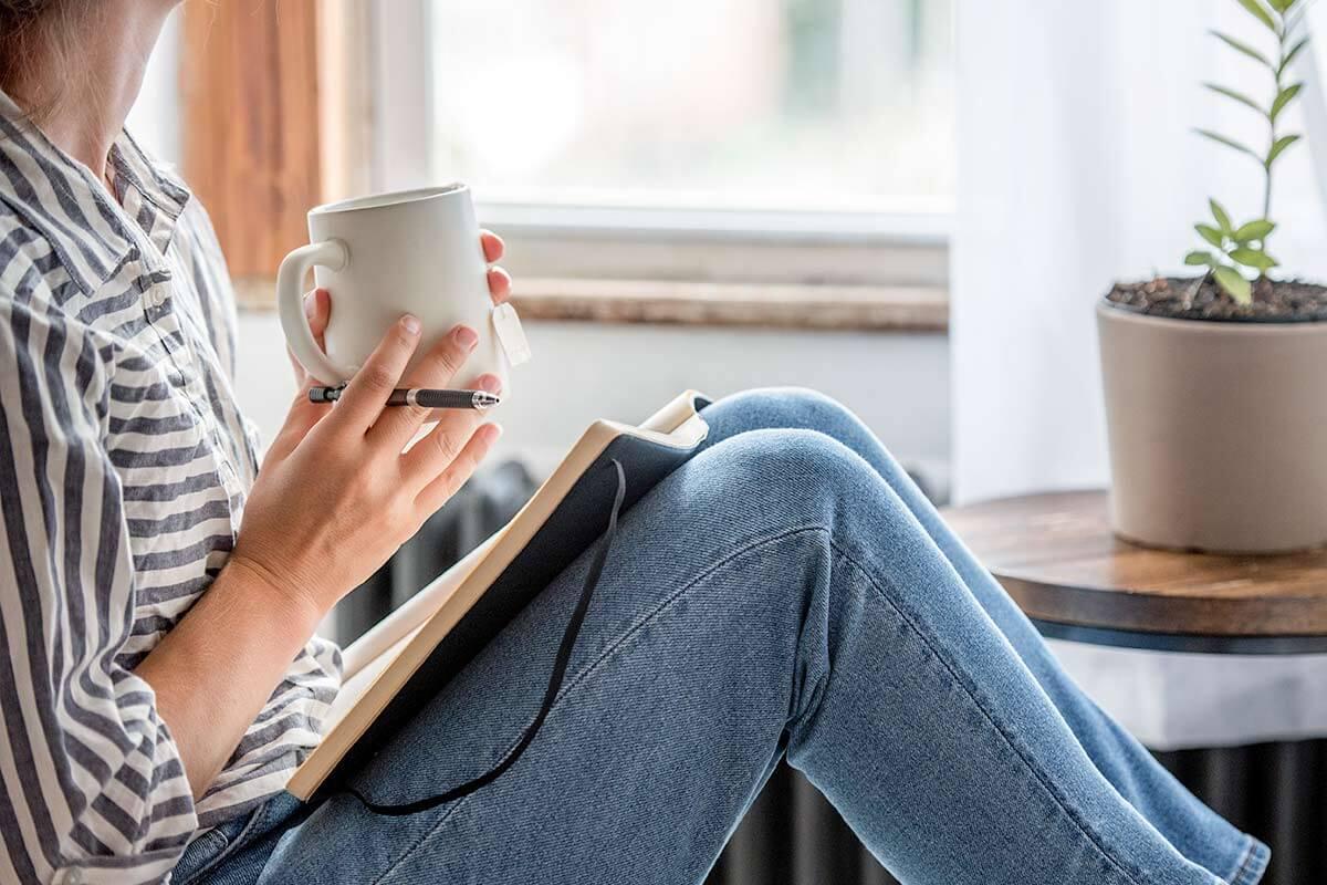 une femme tient son journal de pleine conscience