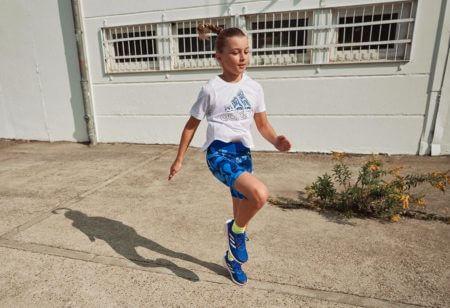 Una bambina corre all'aperto