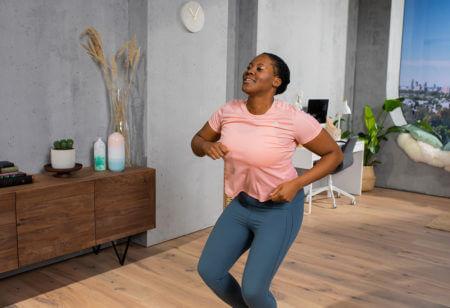 una donna si diverte facendo un dance workout