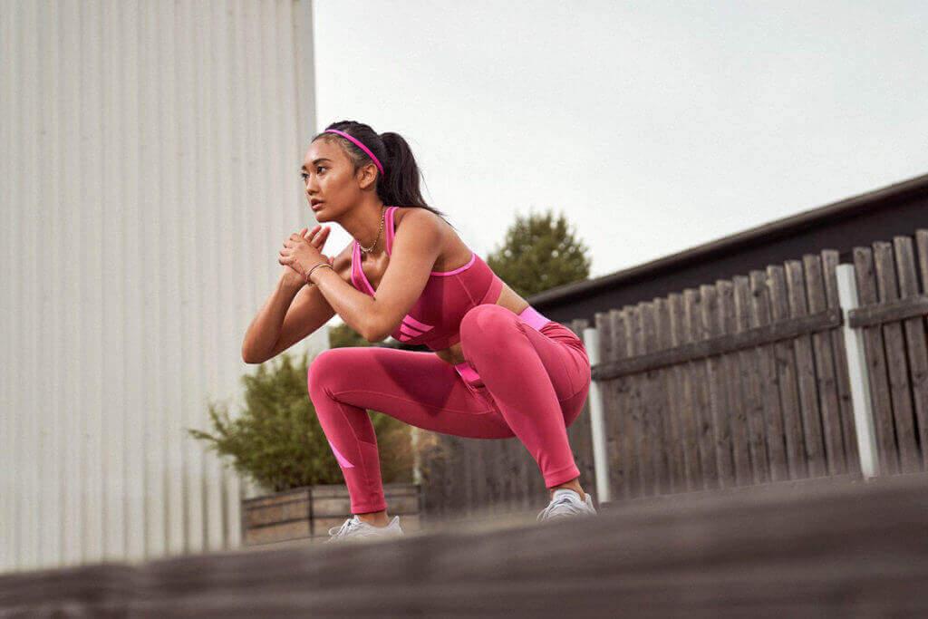 Mujer haciendo ejercicio con el propio peso al aire libre