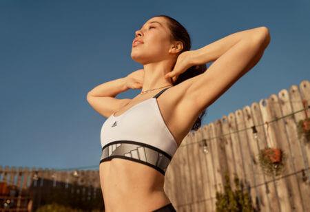 una donna si allena all'aperto alledurante il ciclo mestruale
