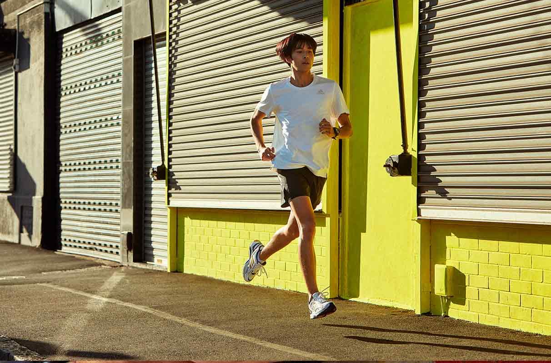 Hombre corriendo por la calle