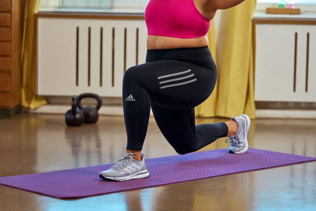 Une femme étire ses fléchisseurs de hanche
