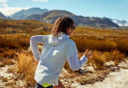 Une femme court un trail prudemment