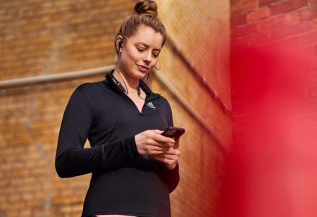 Une runner planifie son entrainement avec adidas Training